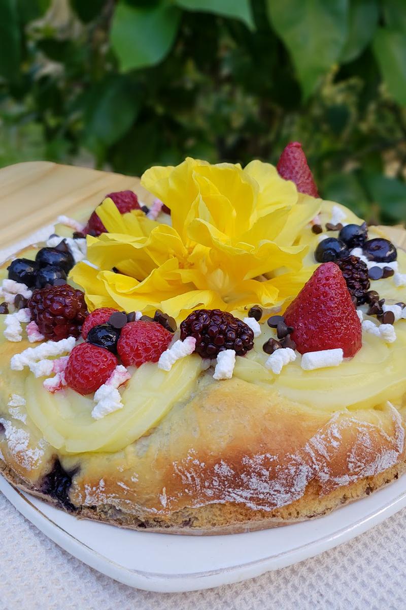 Rosca de Reyes rellena con frutos rojos